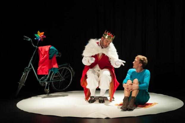 Sven Blumenrath als der kleine Prinz, Ralf Wadenpohl als König. Foto: Jascha Hilz